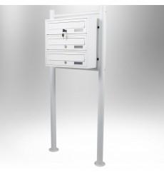 Boîtes aux lettres collectives pour 3 sur pieds en blanc